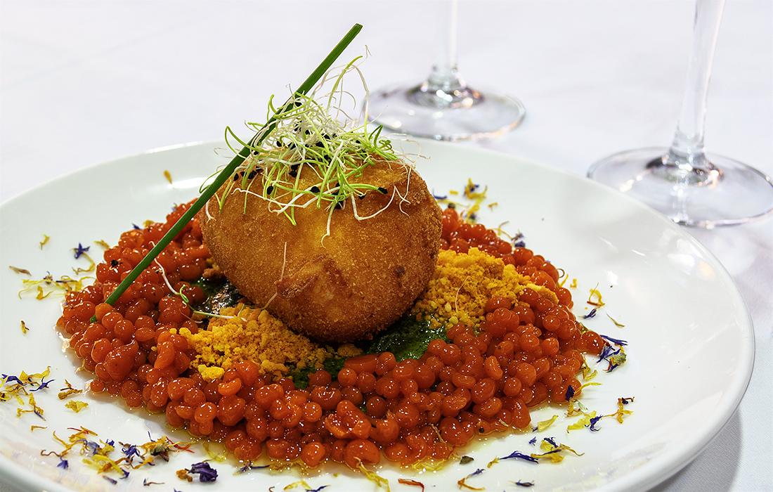 Ensalada Nova Caprese: Mozarella empanada con esferificaciones de tomate, salsa pesto y tierra de Alicante